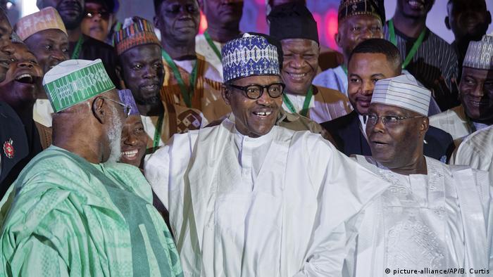Vor Wahlen in Nigeria Muhamadu Buhari (M), Präsident von Nigeria, und Atiku Abubakar (r) (picture-alliance/AP/B. Curtis)