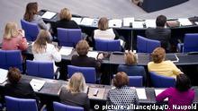 ARCHIV - 14.03.2014, Berlin: Weibliche Bundestagsabgeordnete und ein Mann der CDU/CSU-Fraktion nehmen in Berlin an der Sitzung des Bundestags teil. (zu dpa «Parlamentarierinnen vernetzen sich für mehr Frauen im Bundestag» vom 14.02.2019) Foto: Daniel Naupold/dpa +++ dpa-Bildfunk +++ | Verwendung weltweit