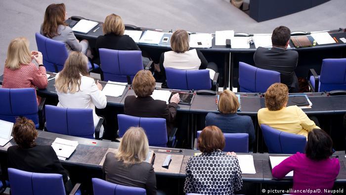 Weibliche Bundestagsabgeordnete (picture-alliance/dpa/D. Naupold)