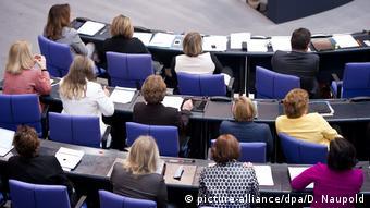 Τα κοινοβούλια πρέπει να αντικατοπτρίζουν την ίδια την κοινωνία – αυτό μπορεί να γίνει μόνο μέσα από μία ισάριθμη εκπροσώπηση ανδρών και γυναικών.