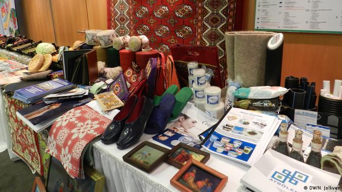 Туркменские изделия, выставленные в фойе бизнес-форума