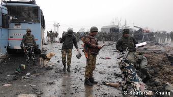 Indien Pulwama - Anschlag auf Bus an der Autobahn Srinagar-Jammu