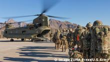 Afghanistan - US Soldaten der Resolute Support Sustainment Brigade beladen Helikopter