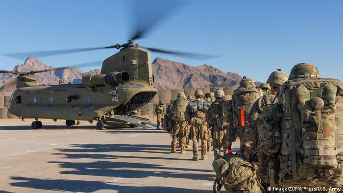 Afghanistan - US Soldaten der Resolute Support Sustainment Brigade beladen Helikopter