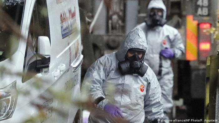Großbritannien Salisbury - Sicherheitspersonal nach Vergiftung von Ex-Spion Sergei Skripal (picture-alliance/AP Photo/F. Augstein)