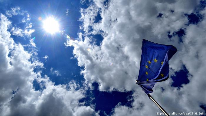 Флаг Евросоюза на фоне неба