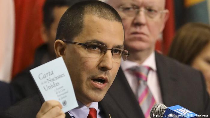 USA UN New York l Venezuelanischer Außenminister Jorge Arreaza zur Krise in Venezuela - begleitet von Diplomaten aus 16 Ländern (picture alliance/dpa/AP/B. Matthews)