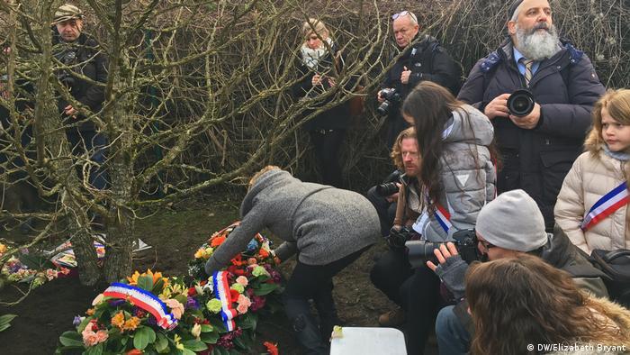People laying wreaths (DW/Elizabeth Bryant)