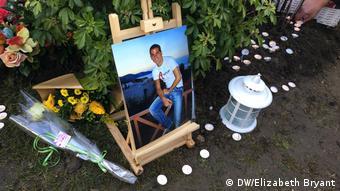 Фото Илана Халими, цветы и свечи на месте где, он был найден
