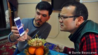 Уйгурський вчений і дисидент Абдувелі Аюп (праворуч) отримав погрози після того, як передав ЗМІ список Каракаш