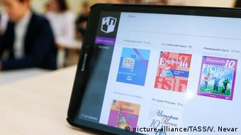 Онлайн-обучение в школе Калининграда - планшет с изображениями учебников