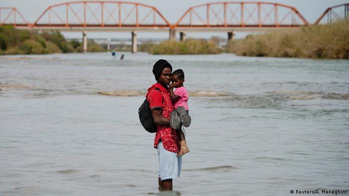 Migrantes de América Latina, el Caribe, África y Asia buscan cruzar la frontera hacia Estados Unidos. Muchos lo intentan por vía fluvial.