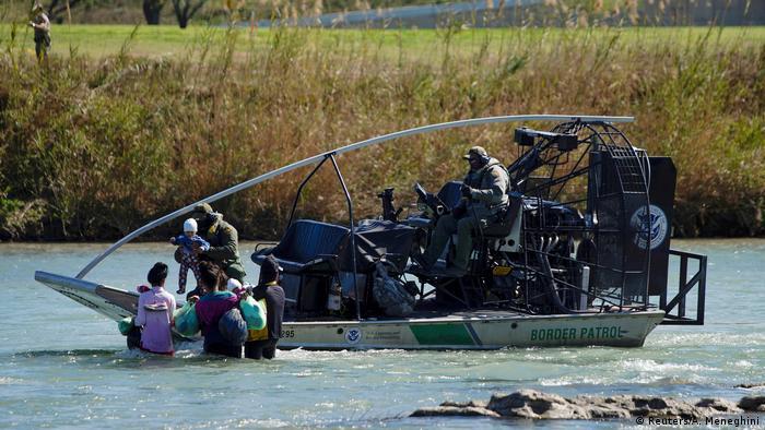 La Patrulla Fronteriza de Estados Unidos también rescata a refugiados, a veces a familias enteras que buscan traspasar la frontera fluvial.