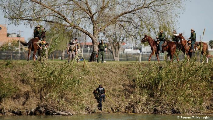 Este hombre logró cruzar el río y sube por la orilla en el lado estadounidense, en donde el Río Bravo se convierte en Río Grande.