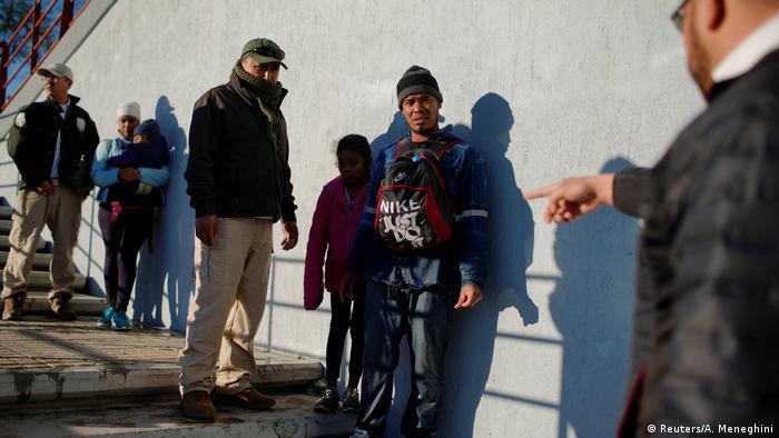 También en México los migrantes son arrestados: este joven es detenido en Piedras Negras, luego de un intento fallido de escapar a EE.UU..