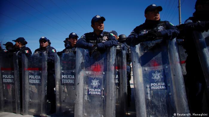 Las fuerzas de seguridad mexicanas de Piedras Negras custodian un campamento que acoge a aproximadamente 1700 migrantes que quieren solicitar asilo en Estados Unidos.