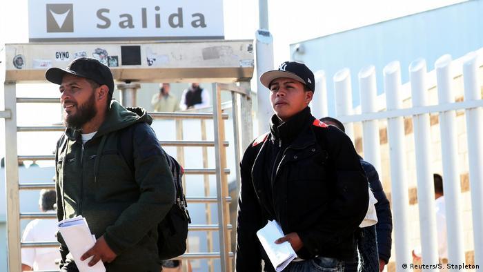 Se frustró el plan: solicitud rechazada. Estos solicitantes de asilo abandonan el paso de El Chaparral, en la frontera Tijuana-San Diego.