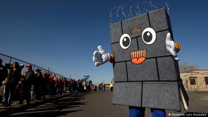 Las personas que hacen fila aquí en El Paso, Texas, aplauden los planes de Trump de construir un muro fronterizo.