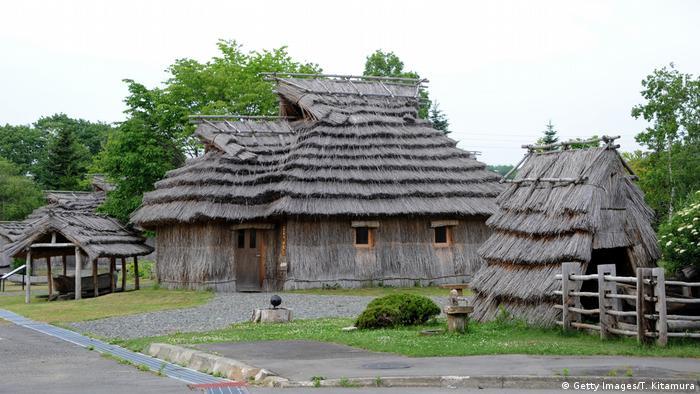 Traditionelle Häuser der Minderheit Ainu in Japan