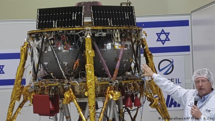 Opher Doron Manager von Israel Aerospace Industries Space Division stellt das Landemodul Beresheet des Israelischen Unternehmens SpaceIL SpaceIL lunar Modul am 10. Juli 2018 in Tel Aviv vor