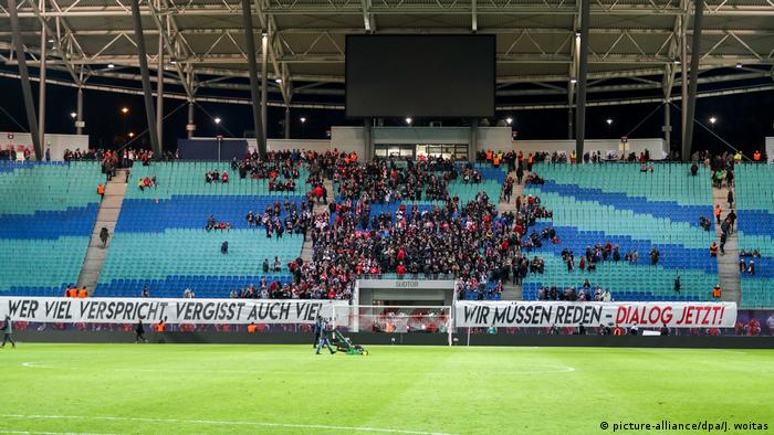 Arquibancadas vazias no estádio do Leipzig: cena vem sem tornando mais comum na Bundesliga