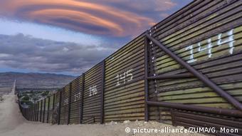 На некоторых участках границы заграждения были построены еще во времена Буша-младшего