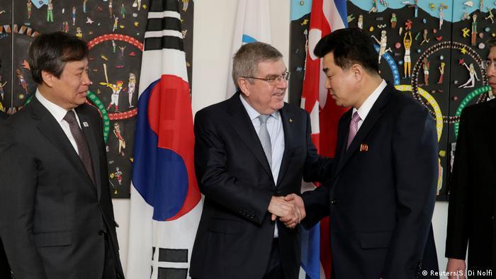 IOC-Präsident Thomas Bach begrüßt den Präsidenten des Olympischen Komitees Nordkoreas,Kim Il-Guk (r) sowie Südkoreas Sportminister Do Jong-Hwan