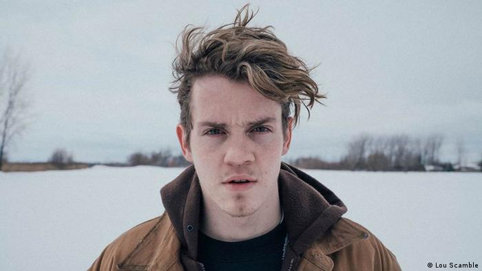 Filmszene aus Ghost Town Anthology zeigt einen Mann im Schnee (Lou Scamble)
