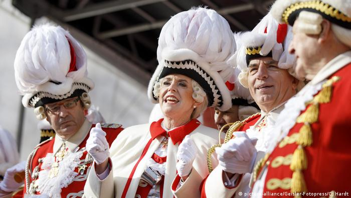 Kölns Oberbürgermeisterin Henriette Reker feiert zu normalen Karnevalszeiten selbst kräftig mit (Foto: picture-alliance/Geisler-Fotopress/C. Hardt)