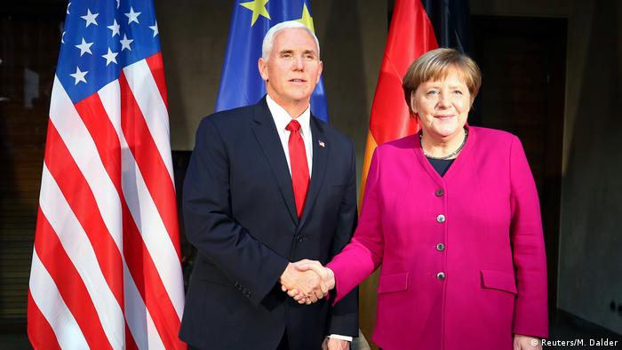 Vice-Presidente norte-americano, Mike Pence, e a chanceler Angela Merkel na Conferência de Munique.