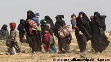 12.02.2019, Syrien, Al-Baghus: Frauen fliehen mit ihren Kindern aus dem IS-Dorf im Osten des Landes. Im Kampf um die letzte Bastion der Terrormiliz Islamischer Staat (IS) in Syrien haben die Kurden nach eigenen Angaben «spürbare Fortschritte» am Boden erzielt. Allerdings leisteten die Extremisten in dem Ort Al-Baghus erbitterten Widerstand, sagte der Sprecher der von Kurden angeführten Syrischen Demokratischen Kräfte (SDF) am Mittwochmorgen. - Alternativer Bildausschnitt - Foto: Aboud Hamam/dpa | Verwendung weltweit