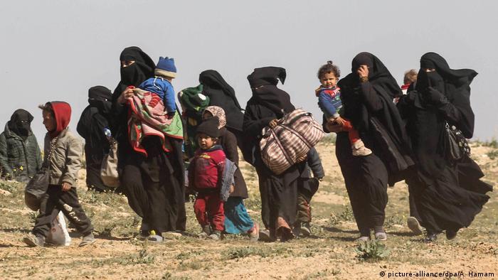 Syrien Baghus - Frauen fliehen mit ihren Kindern aus dem IS-Dorf