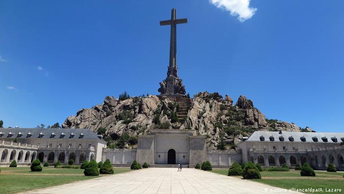 Tumba del dictador Francisco Franco en el Valle de los Caídos, Sierra de Guadarrama, España.