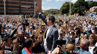 Ο Γκουαϊντό με τους οπαδούς του στο κέντρο του Καράκας