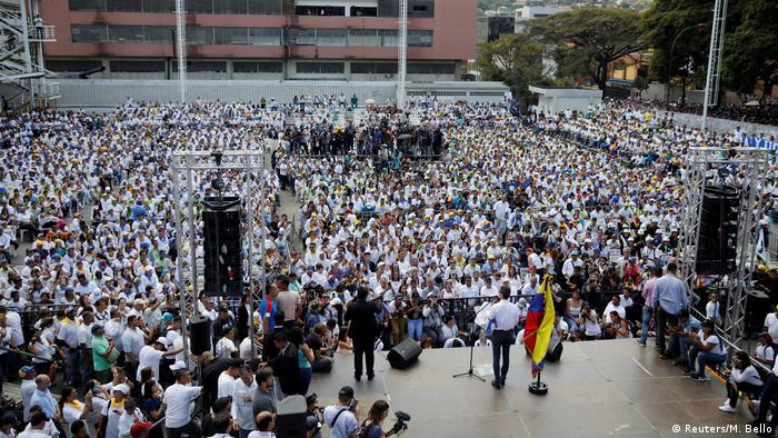 Venezuela Juan Guaido bei Veranstaltung mit freiwilligen Helfern zur Verteilung von Hilfsgütern in Caracas