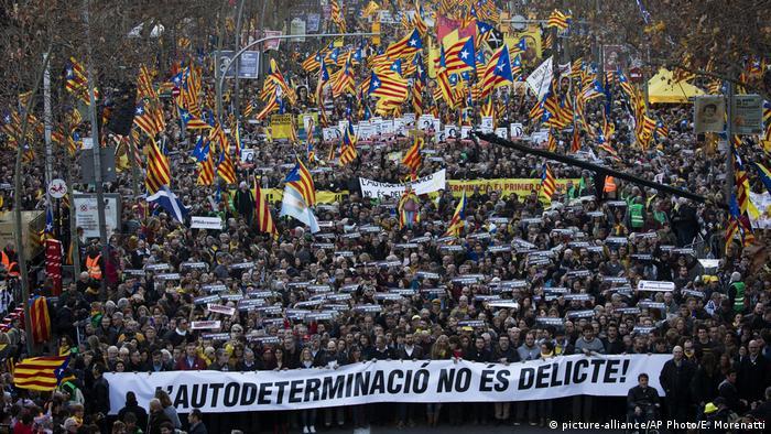 Демонстрация в Барселоне 16 февраля. Надпись на транспаранте: Самоопределение - не преступление!