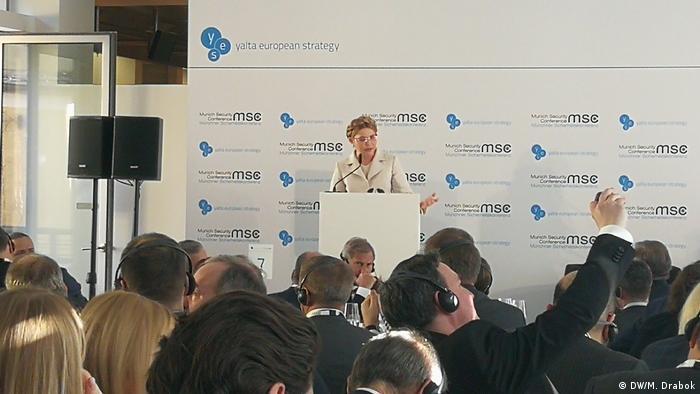 Юлія Тимошенко під час виступу в Мюнхені - з косою і в білому