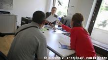 یک پناهجوی اهل صربستان همراه با مترجم در دفتر اداره فدرال امور مهاجرت و پناهندگی آلمان (BAMF) در شهر بینگن ایالت راینلندـ فالز