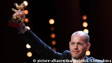 16.02.2019, Berlin: 5784854 16.02.2019 Film director Nadav Lapid Golden poses with his Golden Bear trophy for Best Film for the Synonymes (Synonyms) at the awarding ceremony of the 69th Berlinale International Film Festival, in Berlin, Germany. Ekaterina Chesnokova / Sputnik Foto: Ekaterina Chesnokova/Sputnik/dpa  