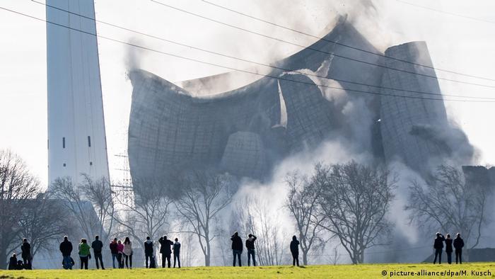 Gustav Knepper power station collapsing (picture-alliance/dpa/M. Kusch)