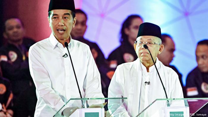 Er bleibt: der indonesische Präsdent Joko Widodo (l.), hier mit seinem Stellvertreter, dem Geistlichen Ma'ruf Amin(Foto: Getty Images/AFP/B. Ismoyo)