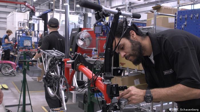 Der Fahrradhersteller Brompton füllt aus Sorge vor Chaos-Brexit seine Lager, London, Großbritannien