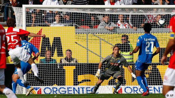 Ivanschitz (l.) erzielt das 1:0 für Mainz. (Foto: AP Photo/Michael Probst)