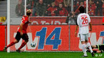 Rolfes (l.) macht das 2:0 für Bayer 04 per Foulelfmeter. (Foto: AP Photo/Hermann J. Knippertz)