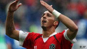 Pinto setzt mit dem 5:2 den Schlusspunkt für Hannover. (Foto: AP Photo/Kai-Uwe Knoth)