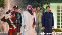 17.2.2019*** 17.02.2019, Pakistan, Islamabad: Imran Khan (r), Ministerpräsident von Pakistan, und Mohammed bin Salman, Kronprinz von Saudi-Arabien, stehen am Sitz des Ministerpräsidenten während einer Begrüßungszeremonie mit militärischen Ehren. Der saudische Kronprinz Mohammed bin Salman ist zu einem Besuch in Pakistan eingetroffen. Während der zweitägigen Visite wollen beide Länder milliardenschwere Abkommen unterzeichnen. Foto: -/SPA/dpa +++ dpa-Bildfunk +++ |