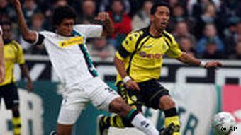 Dante (l.) und BVB-Torschütze Barrios kämpfen um den Ball. (Foto: AP Photo/Frank Augstein)