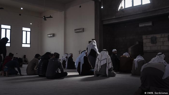 Friday prayers at a mosque (DW/B. Gerdziunas)