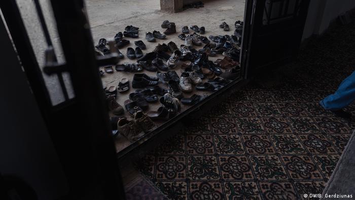Shoes outside a mosque (DW/B. Gerdziunas)