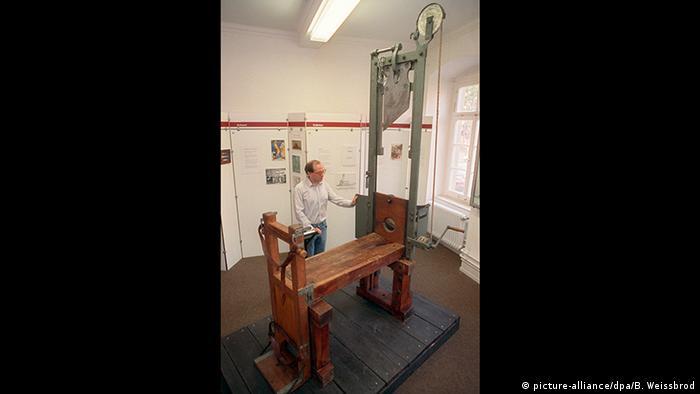 اجرای حکم مرگ در باره ریچارد شوو، آخرین مجرمی که در آلمان به مجازات اعدام محکوم شده بود، با گیوتین صورت گرفت. سه ماه پس از اجرای این حکم در تاریخ ۲۳ مه ۱۹۴۹ قانون لغو مجازات اعدام در آلمان به تصویب رسید. در ماده ۱۰۲ قانون اساسی آلمان به وضوح لغو مجازات اعدام در این کشور قید شده است. تصویر: دستگاه گیوتین در موزه لودویگسبورگ